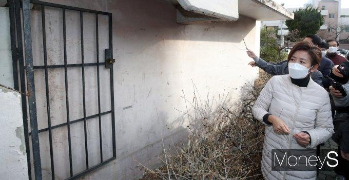 [머니S포토] 나경원 전 의원, 노후된 강남 은마아파트 방문