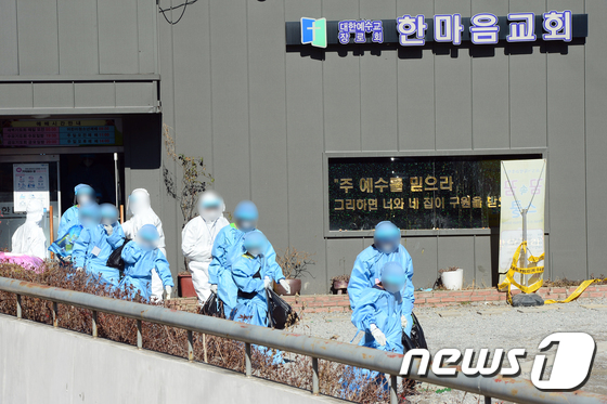 광주 TCS국제학교에서 코로나19 확진자 109명이 발생했다. 사진은 27일 오후 광주광역시 광산구 TCS국제학교에서 확진 판정을 받은 학생들이 이송되는 모습. /사진=뉴스1
