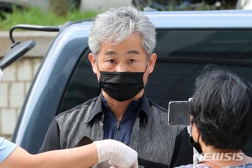 광복절 광화문광장 집회에서 경찰관을 폭행한 혐의를 받고 있는 정창옥 씨가 지난해 8월 서울 서초구 서울중앙지법에서 열리는 영장실질심사에 출석했다. /사진=뉴시스