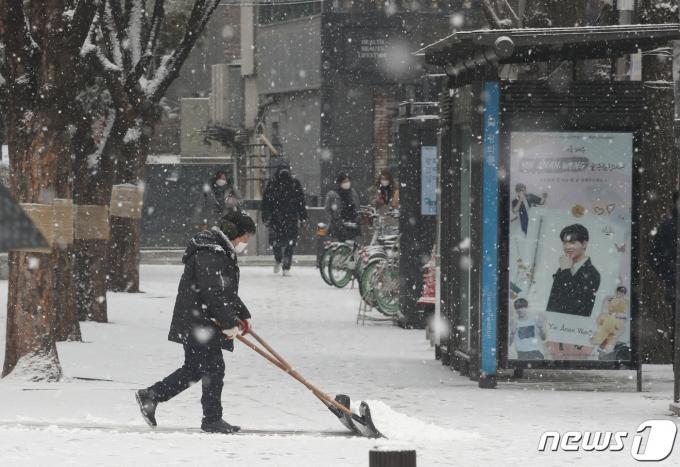 지난 18일 서울 종로구 광화문광장 일대에서 제설작업이 진행되고 있다. 2021.1.18/뉴스1 © News1 송원영 기자
