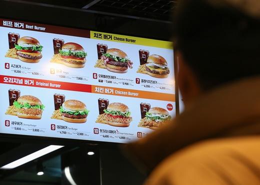 햄버거 프랜차이즈 롯데리아가 약 1년 만에 가격 인상을 단행한다. /사진=뉴스1 DB