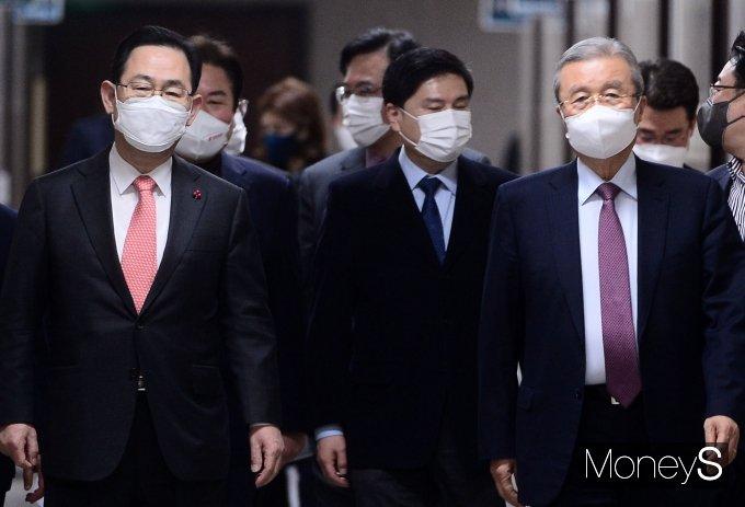 [머니S포토] 국민의힘 비대위 참석하는 김종인·주호영