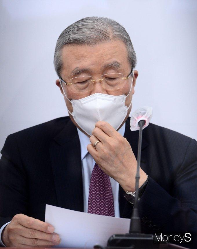 [머니S포토] 마스크 고쳐 쓰는 김종인 위원장