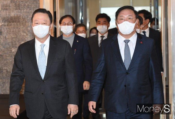 [머니S포토] 정책간담회 참석하는 김태년 원내대표와 박용만 회장