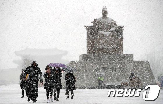 퇴근길 지옥 재현되나… 수도권 곳곳 '눈 펑펑'