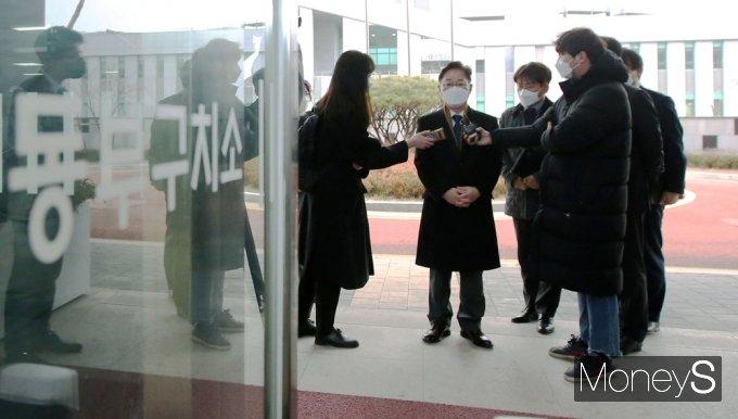 [머니S포토] 취임 당일 동부구치소 찾은 '박범계' 법무 장관