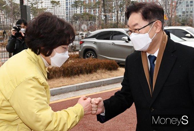 [머니S포토] 교정본부장과 인사 나누는 박범계 신임 장관