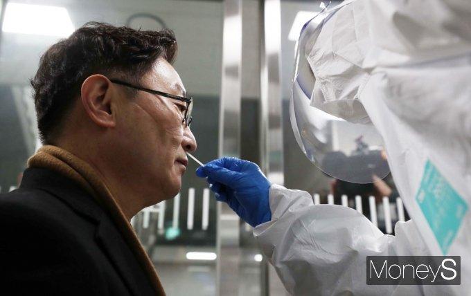 [머니S포토] 코로나19 진단검사받는 박범계 신임 장관