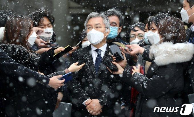 '조국 아들 허위인턴 발급' 최강욱, 유죄… 의원직 상실형