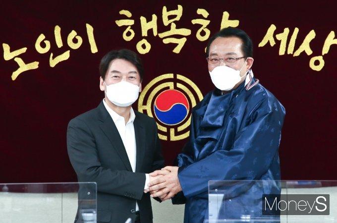 [머니S포토] 4.7 재보궐, 대한노인회 찾은 안철수 대표