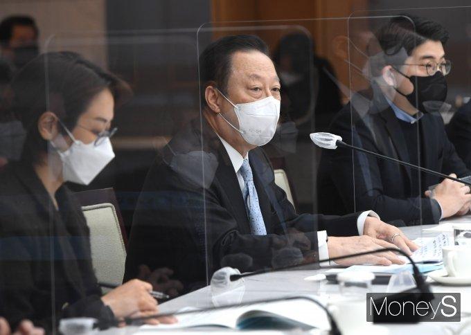 [머니S포토] 정책간담회에서 인사말 하는 박용만 회장