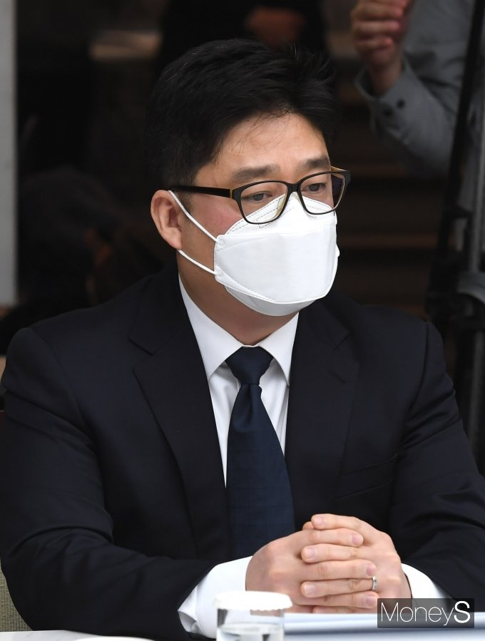 [머니S포토] 김태년 원내대표 발언 경청하는 한정훈 홈스토리생활 대표
