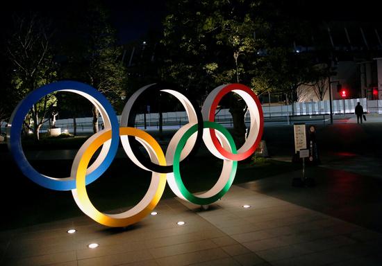 일본 도쿄 국립경기장 앞에 올림픽 관련 조형물이 세워져 있다. /사진=로이터