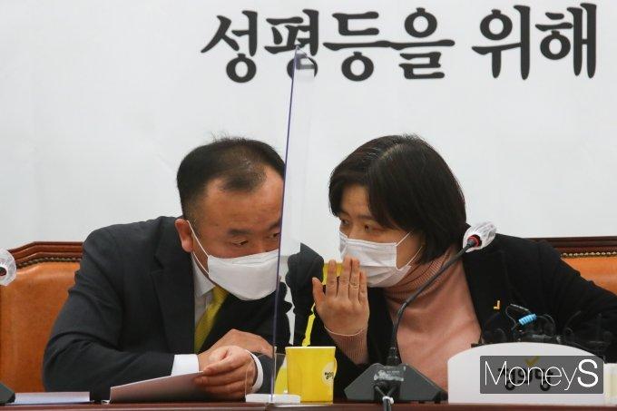 [머니S포토] 성평등 조직문화개선대책 TF 1차 대책발표에서 대화하는 김응호·배복주