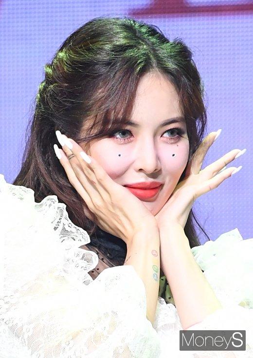 현아가 SBS 파워FM '두시탈출 컬투쇼'에 출연해 신곡을 공개하며 퍼포먼스를 선보였다. /사진=장동규 기자