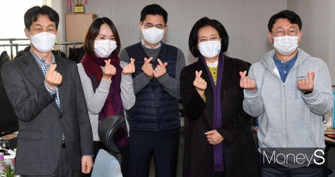 [머니S포토] 박영선 '인피니트헬스케어 직원들과 함께'