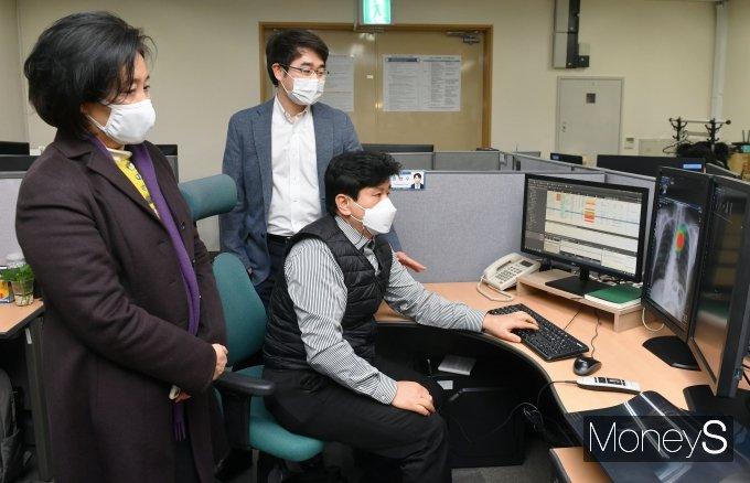 [머니S포토] 박영선 전 장관, 의려솔루션 기업 방문