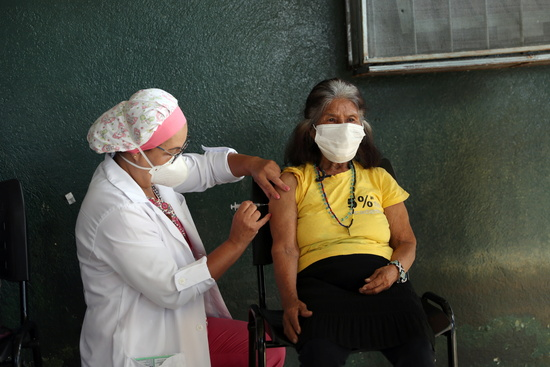 중국 제약사 시노팜과 시노백이 개발한 백신의 효능 및 공급 지연 문제가 논란이다. 사진은 지난 20일 브라질 상파울루의 한 예방접종센터에서 한 주민이 시노백 백신을 맞는 모습. /사진=로이터