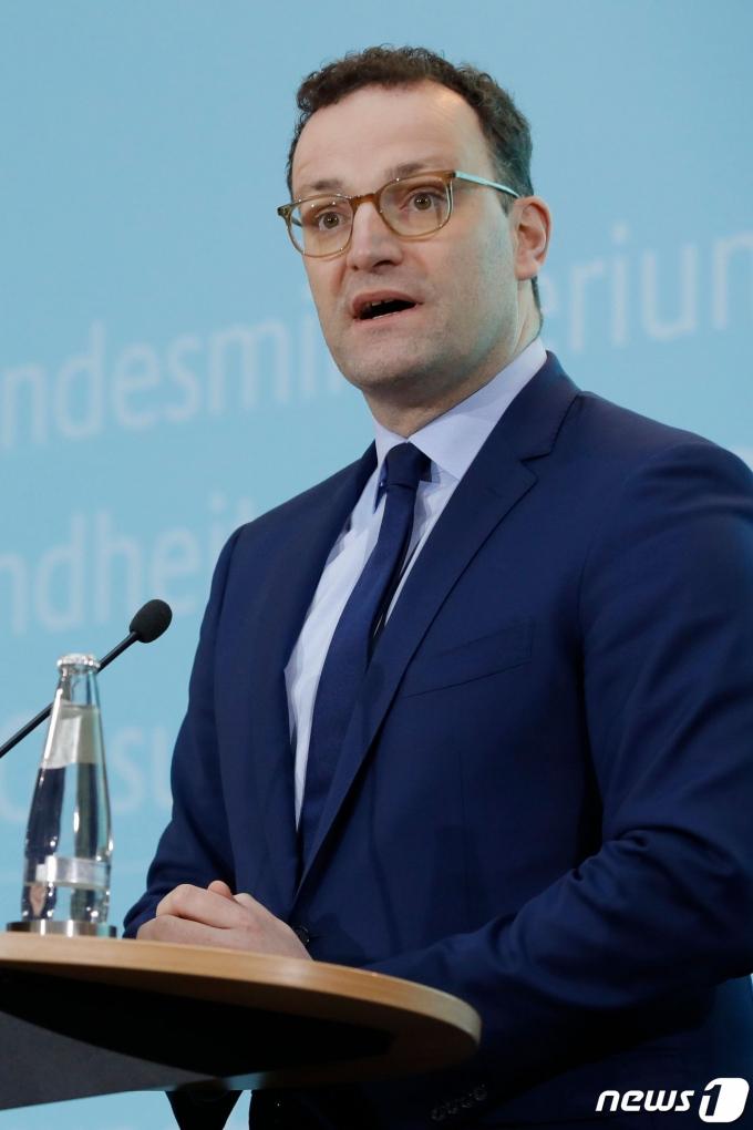 옌스 슈판 독일 보건장관이 베를린에서 독일인 신종 코로나바이러스 감염증인 '우한 폐렴' 확진 환자가 발생했다는 기자회견을 하고 있다. © AFP=뉴스1 © News1 우동명 기자