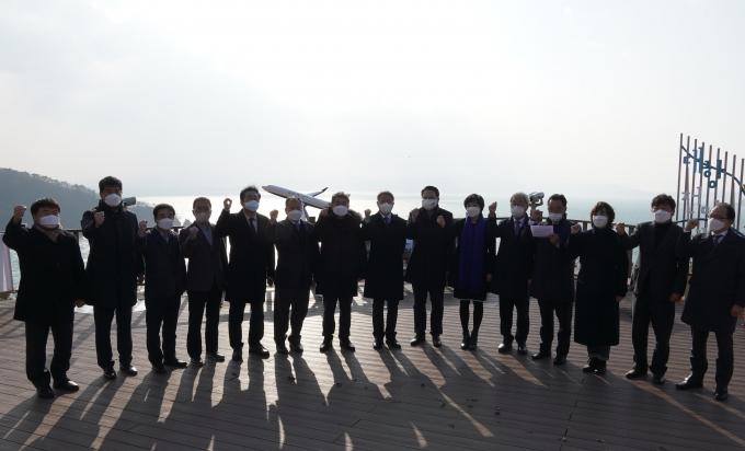 부산·울산·경남지역 기초의회 의장단이 지난 28일 대항전망대에서 가덕도신공항 특별법 조속 제정을 위한 공동성명을 발표했다./사진=해운대구의회