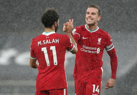 리버풀 공격수 모하메드 살라(왼쪽)와 미드필더 조던 헨더슨이 29일(한국시간) 영국 런던의 토트넘 홋스퍼 스타디움에서 열린 2020-2021 잉글랜드 프리미어리그 20라운드 토트넘과의 경기에서 3-1로 승리한 뒤 기쁨의 하이파이브를 나누고 있다. /사진=로이터