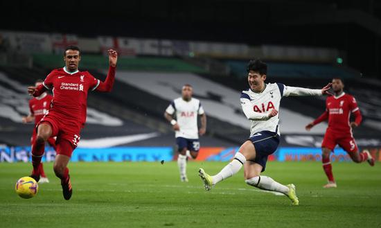 토트넘 홋스퍼 공격수 손흥민(오른쪽 두번째)이 29일(한국시간) 영국 런던의 토트넘 홋스퍼 스타디움에서 열린 2020-2021 잉글랜드 프리미어리그 20라운드 리버풀과의 경기에서 슈팅을 시도하고 있다. /사진=로이터