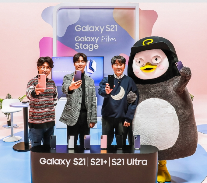 지난 28일 '갤럭시 필름 스테이지' 라이브 퀴즈쇼에서 방송인 김태진이 '갤럭시 S21'로 펭수를 촬영하는 모습. /사진=삼성전자
