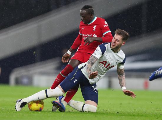 토트넘 홋스퍼 수비수 조 로던(아래)이 29일(한국시간) 영국 런던의 토트넘 홋스퍼 스타디움에서 열린 2020-2021 잉글랜드 프리미어리그 20라운드 리버풀과의 경기에서 상대 공격수 사디오 마네를 막아서고 있다. /사진=로이터