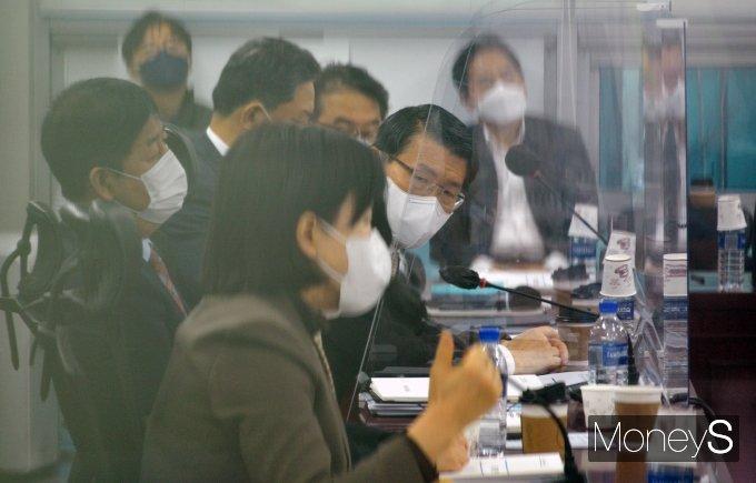 [머니S포토] '비공개 정무위 당정협의'