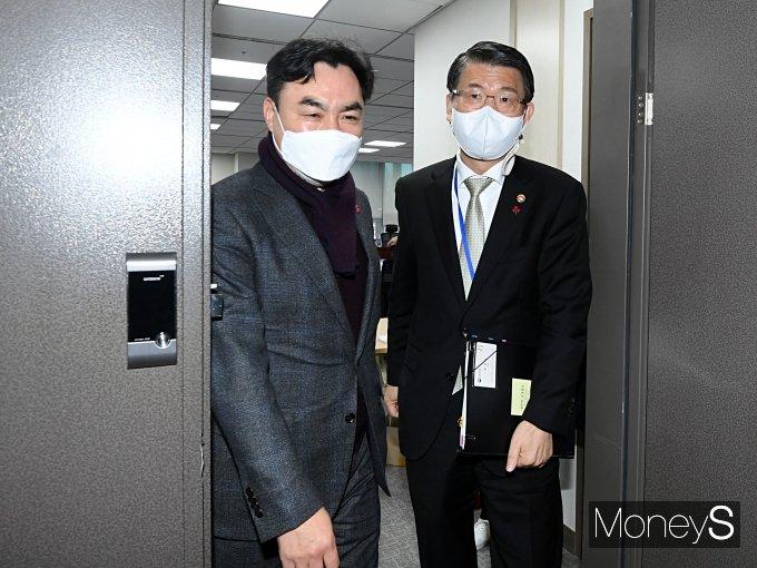 [머니S포토] 비공개 정무위 당정협 마친 윤관석·은성수