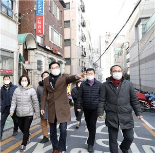 명일역 먹자골목 거리를 '명리단길'로 조성하기 위해 이정훈 강동구청장이 거리를 살펴보고 있다. / 사진=강동구