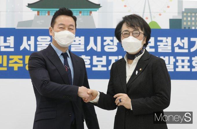 [머니S포토] 악수하는 정봉주와 김진애