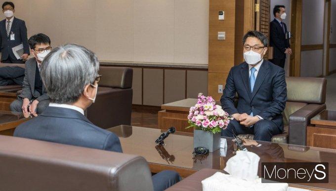 [머니S포토] 대법원장과 환담 나누는 김진욱 공수처장