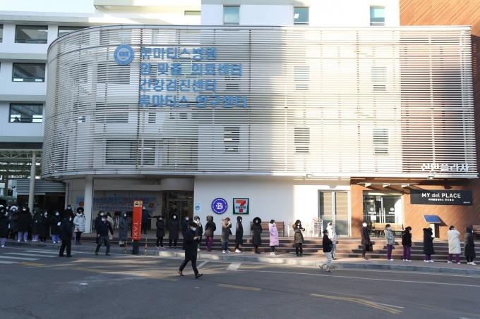 서울 한양대병원에서 코로나19 집단 감염이 발생해 역학조사를 진행하고 있다. 사진은 서울 한양대병원에서 의료진과 직원들이 검체 검사를 받기 위해 줄을 서 있는 모습. /사진=뉴스1
