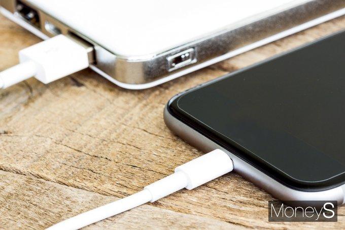 스마트폰 배터리가 뚜벅뚜벅 성장세를 이어간다. /사진=이미지투데이