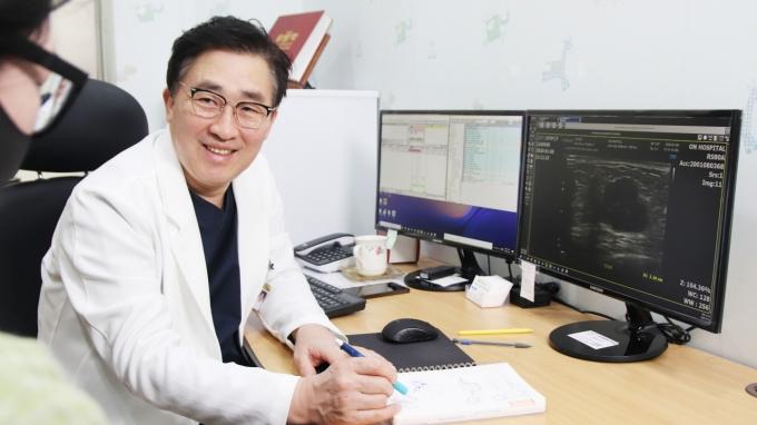 다발성전이된 4기 유방암환자의 수술에 성공한 온종합병원 이홍주 센터장./사진=온종합병원 제공