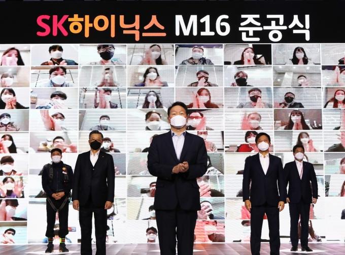 SK하이닉스 M16 팹 준공식. 조대식 SK수펙스추구협의회 의장(왼쪽 두 번째), 최태원 SK그룹 회장(왼쪽 세 번째), 박정호 SK하이닉스 부회장(왼쪽 네 번째) /사진=SK하이닉스