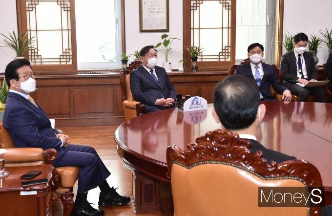 [머니S포토] 2월 임시국회 첫날…여야, 북한 원전 문건 '충돌'