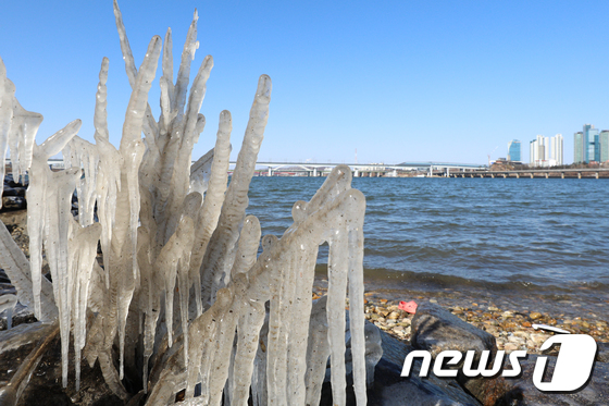 화요일인 2일에는 다시 한파가 몰아칠 것으로 전망된다. 사진은 지난달 29일 오후 서울 여의도 한강공원 일대에 고드름이 얼어 있는 모습. /사진=뉴스1