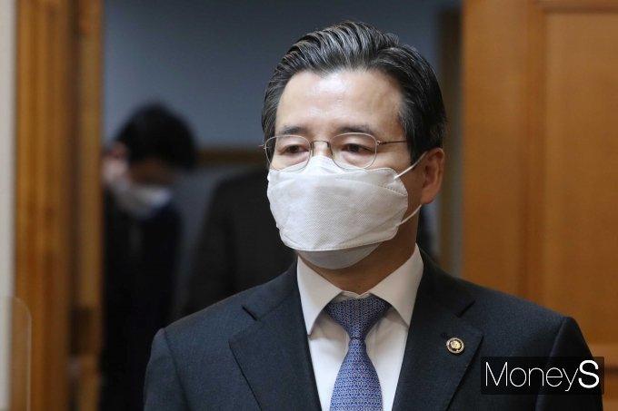 [머니S포토] 거시경제 금융회의 참석하는 김용범 차관