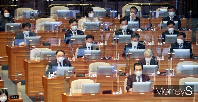 [머니S포토] 민주당 교섭단체 대표연설 참석한 국무의원