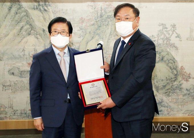 [머니S포토] 민주당 김태년, '백봉신사상' 수상