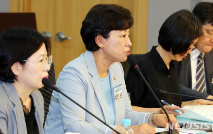 남인순 더불어민주당 의원이 지난해 7월 서울 여의도 국회 의원회관에서 열린 한 세미나에 참석해 인사말을 하고 있다. /사진=뉴시스