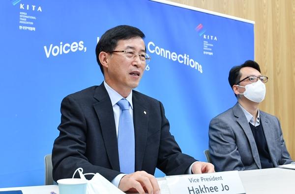 한국무역협회가 중국국제수입박람국, 주한중국대사관과 공동으로 개최한 '제4회 중국국제수입박람회 온라인 설명회'에서 조학희 무역협회 국제사업본부장(왼쪽)이 축사를 하고 있다. /사진=무역협회
