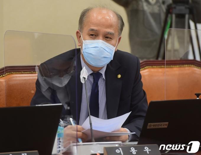 이용우 의원이 홍남기 부총리의 차기 재난지원금 지급 관련 발언을 비판했다. /사진=뉴스1