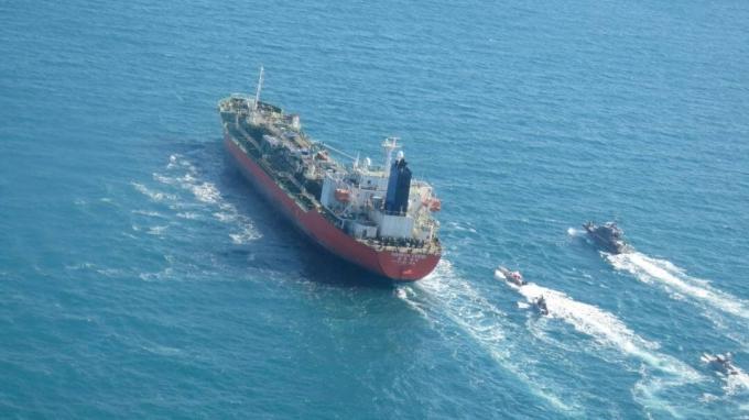 지난달 4일 호르무즈 해협에서 이란 혁명수비대에 의해 나포됐던 한국케미호의 선원 19명이 석방됐다. 한국인 선장 1명은 선박 관리를 위해 잔류할 예정이다. 사진은 나포된 한국케미호의 모습. /사진=로이터