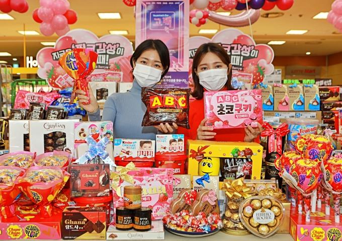 광주지역 롯데마트가 설레이는 발렌타인데이를 맞이하여 오는 14일까지 달콤한 초콜렛과 캔디 약 200여종에 대한 다양한 프로모션 행사를 진행한다.사진=롯데백화점 광주점 제공.