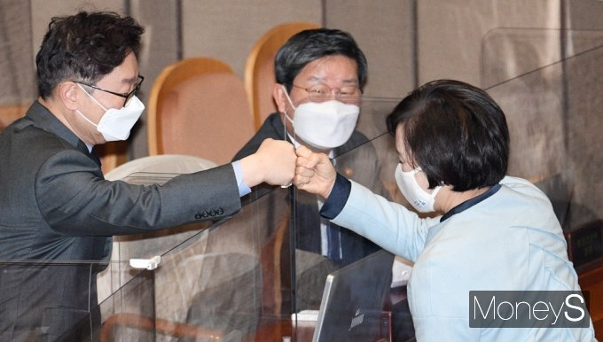 [머니S포토] 2월 임시국회, 인사 나누는 박범계 법무 장관