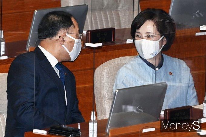 [머니S포토] 2월 임시국회, 의견 나누는 홍남기-유은혜