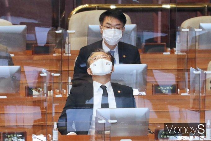 [머니S포토] 국민의힘 교섭단체연설, 생각에 잠긴 성윤모 장관